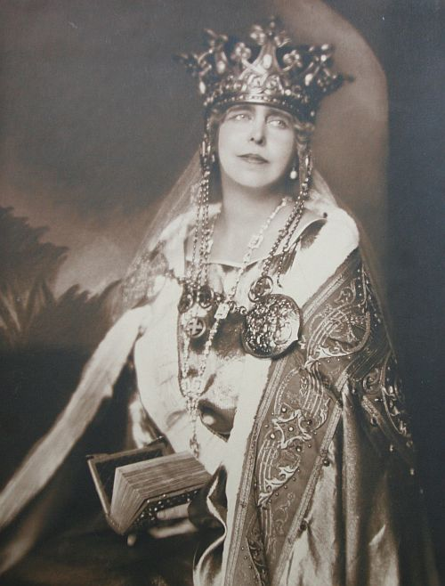 Coroana Reginei Maria cu svastica1